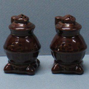 Vtg Ceramic Pot Belly Stove Salt & Pepper Shakers